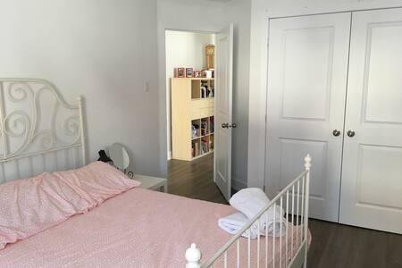 Jolie chambre dans maison rénovée - กาติโน