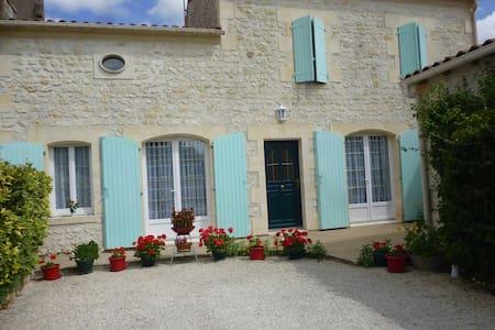 Ch  sur jardin au coeur du village - Saint-Quantin-de-Rançanne - Szoba reggelivel