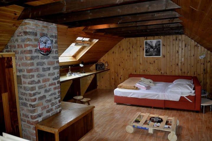 Ruime zolder ingericht als vintage slaapkamer