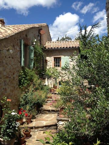 L'Oustalou d'Aouzedos - côté cerisiers - Riols - Bed & Breakfast