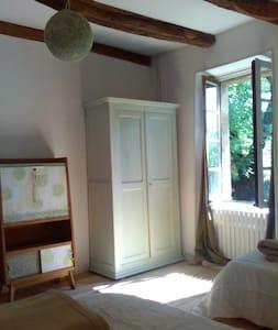 Dans la nature et le calme, la chambre Tilleul - Maleville - Rumah Tanah