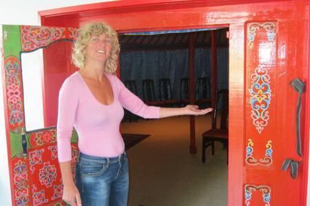 Luxe Mongoolse Yurt en Ruime Serre - Khemah Yurt