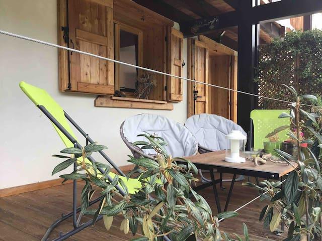 Logement cosy, plein sud, avec terrasse et jardin.