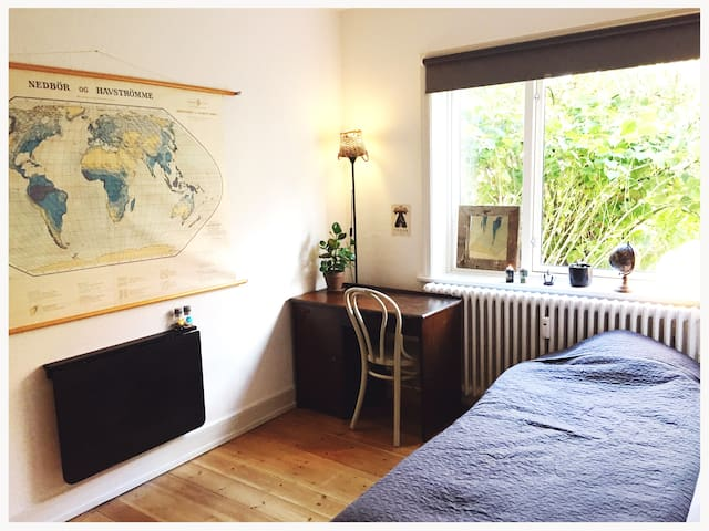 *Skønt centralt værelse med hyggelig grøn udsigt*