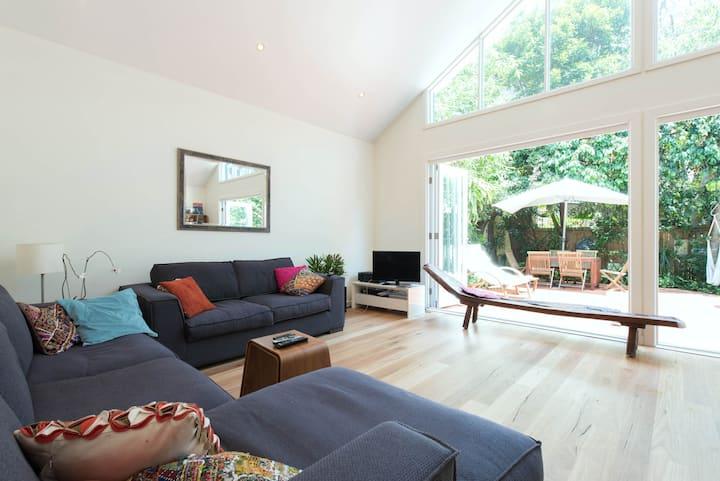 Bondi Beach bright room in family home