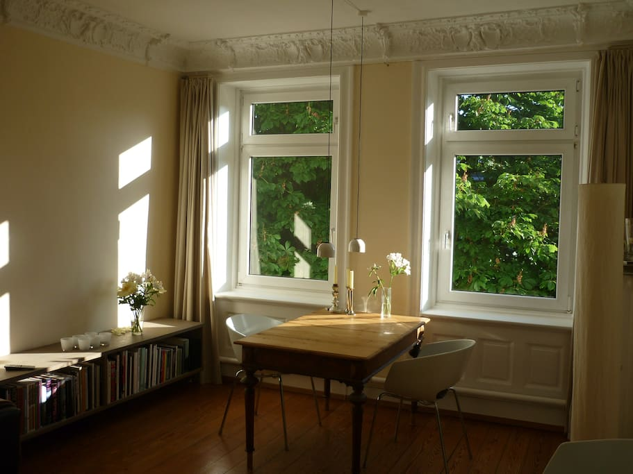 Wohnzimmer/living room - browse the collection of art and photography books in the evening