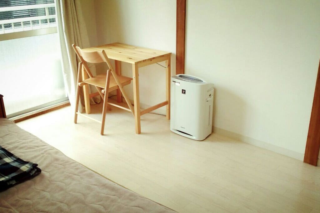 Air conditioner and working desk
