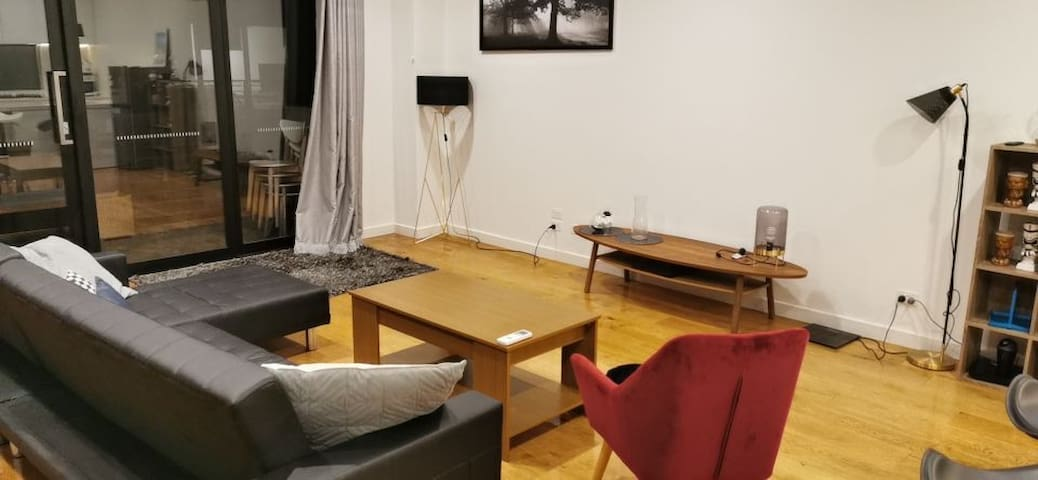 3 bed rooms whole townhouse near Crown and DFO