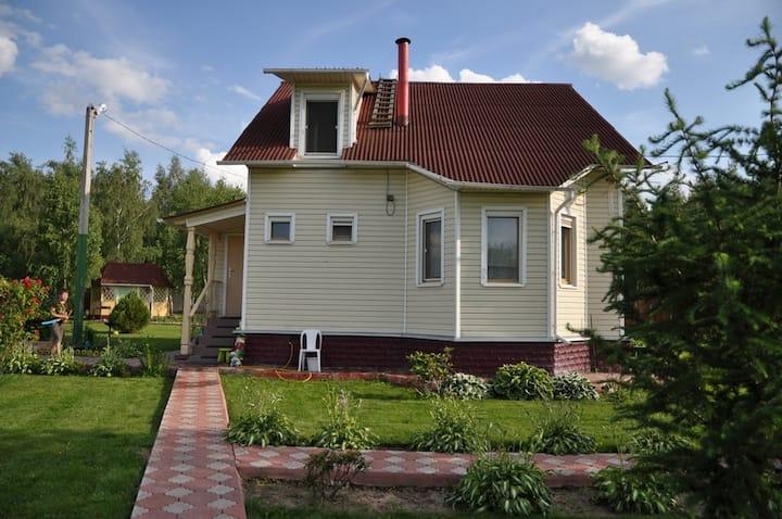Двухэтажный дом и двухэт. баня на участке 35 соток