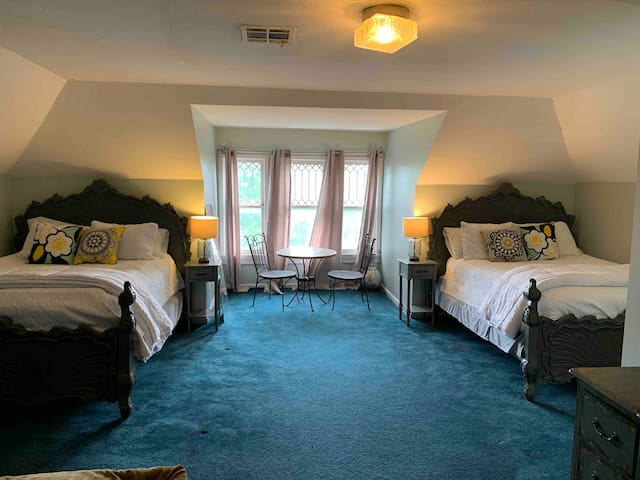 Perfect Private Students Room with 2 Queen Beds