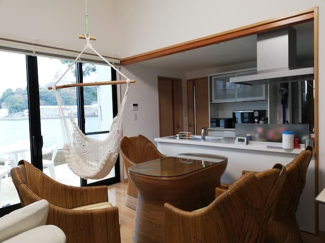 1階リビングルーム、キッチン Living room and kitchen on the 1st floor