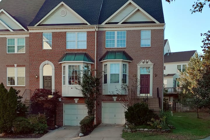 Entire Townhouse next to Wash-Dulles Airport