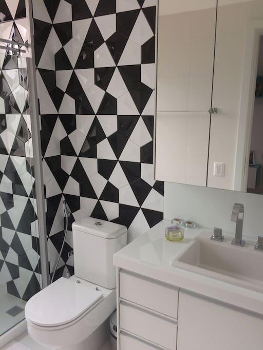 banheiro recém construido com arquitetura moderna