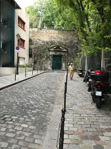 Entrance of Cemetery Pere-Lachaise (300 meters from the accomodation)