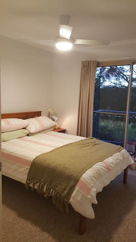 Quiet Retreat on Golf Course - Ngunnawal - Stadswoning