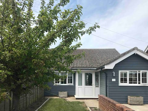 Newly renovated cottage 2 minutes walk from beach