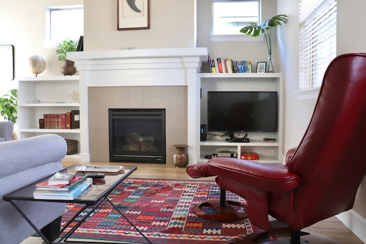 Private Room In Tasteful Modern Home