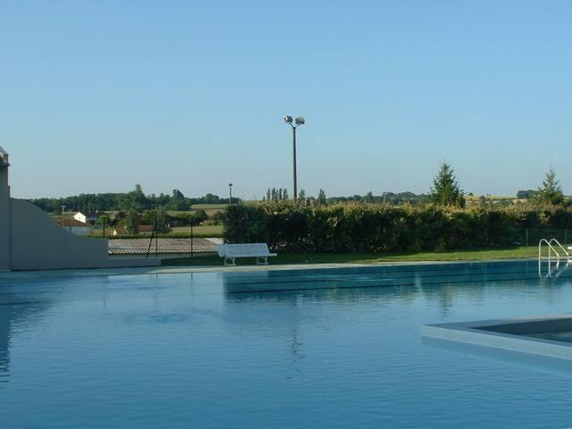 Autre vue de la piscine près du camping