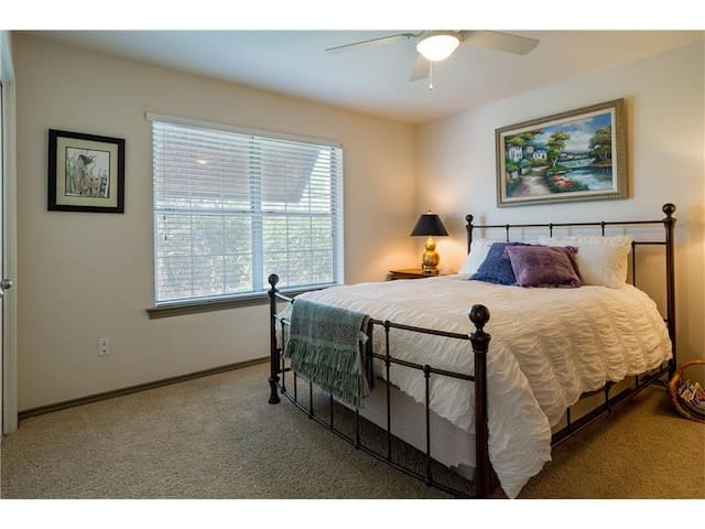 Upscale Townhouse, spacious, quiet, guest bedroom.