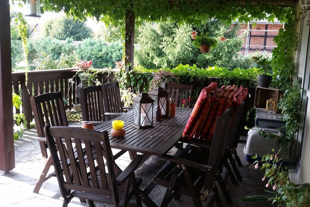 Unsere Terrasse lädt zum Relaxen, Grillen und Freunde treffen ein