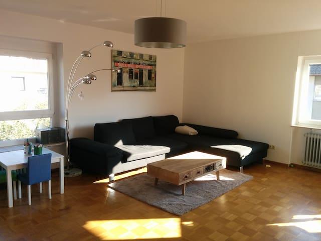 Helle Wohnung mit 2 Balkonen und Gartenzugang - Freiburg im Breisgau - Apartamento