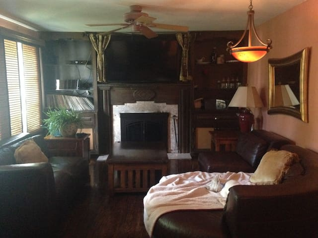King Bed, Cozy Fireplace, Peaceful - Belmar - 一軒家