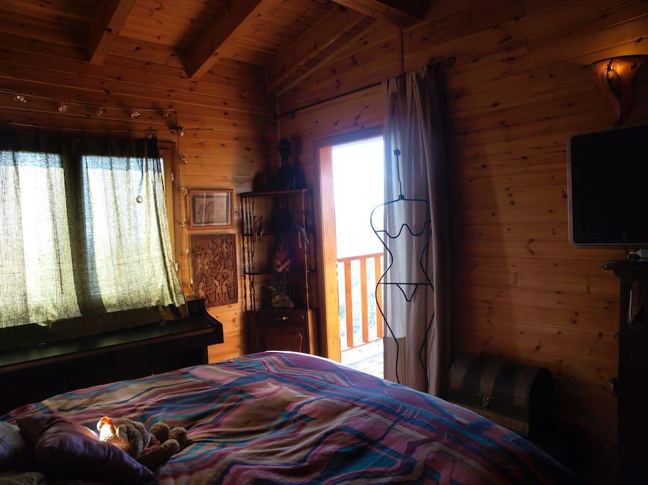 Dormitorio principal con una puerta queda a una segunda terraza