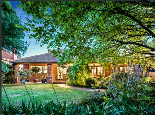 Large light filled bungalow close to CBD - Glenunga