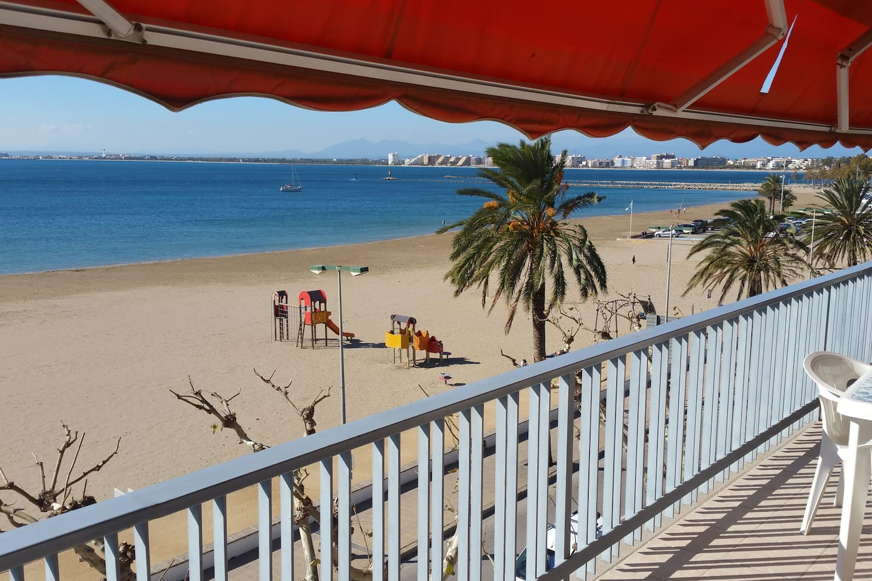 Gran terraza delante la Playa, Paseo Marítimo y Puerto deportivo