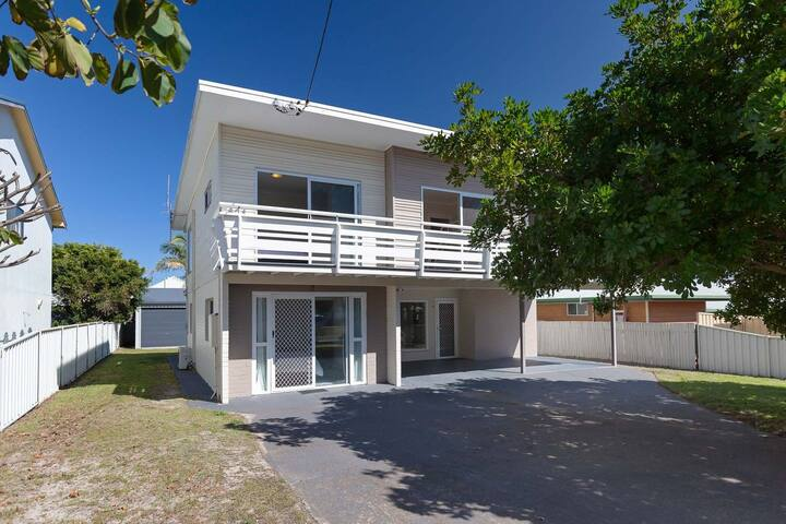 SeaHaven, 2 Richardson Ave - Large home with Aircon, Smart TV, WIFI, Netflix & Boat Parking