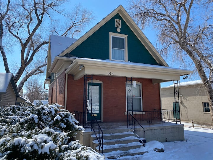 Downtown Easy, Beautiful 3 bedroom Pueblo home