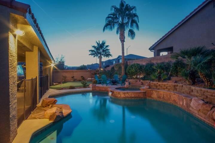 Paradise off the strip, 4BR+Big Loft+Fun Backyard