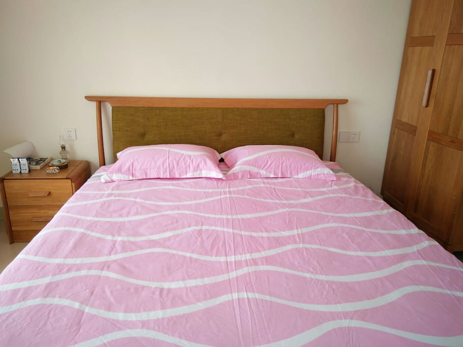 北欧风格实木大床,尺寸为1·8*2·0米。品牌床垫,绝对舒适。