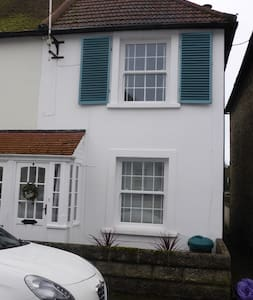 Relaxing Victorian seaside cottage - Hythe