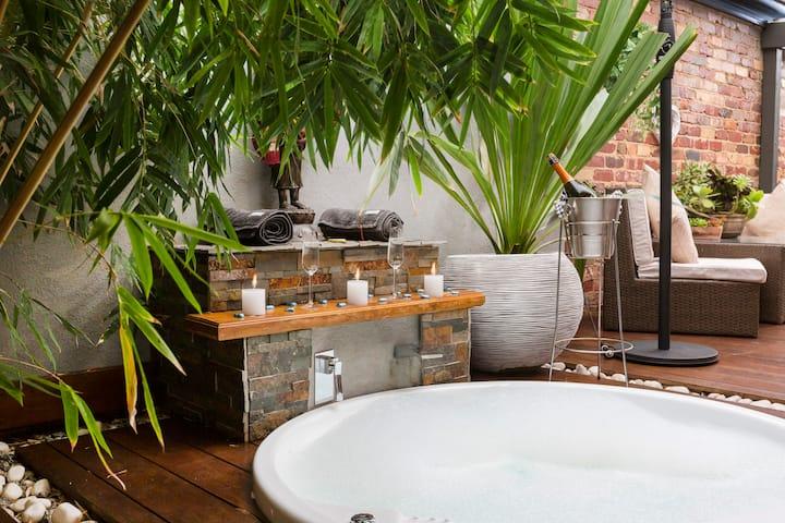 Tantilize: Spa & Open Fire Luxury Romantic Retreat