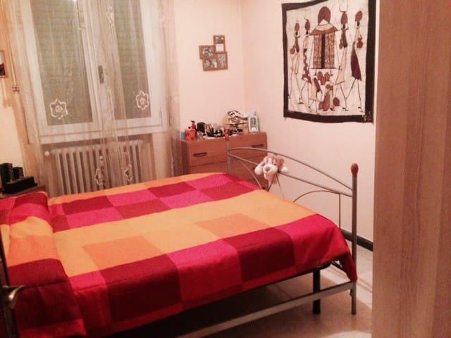 Camera confortevole in Centro in apt con terrazzo - Modena - Apartamento