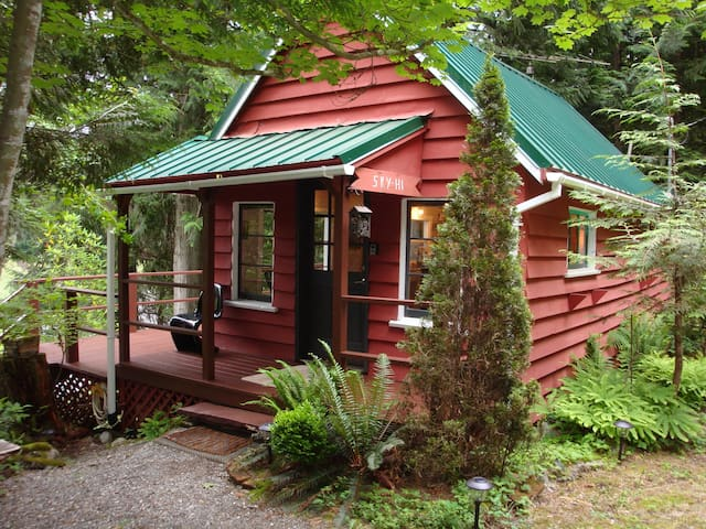 SKY-HI, Skykomish Riverfront Cabin,  Pet Friendly