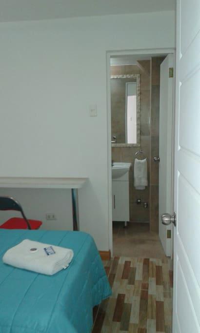Habitación individual con baño privado, cuenta con velador, closet, wifi gratuito, tv plana con canales por cable, agua caliente.