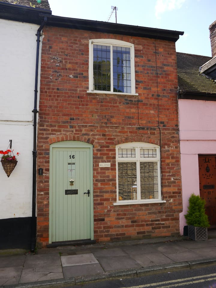 Bell Cottage centre of Ludlow with free parking