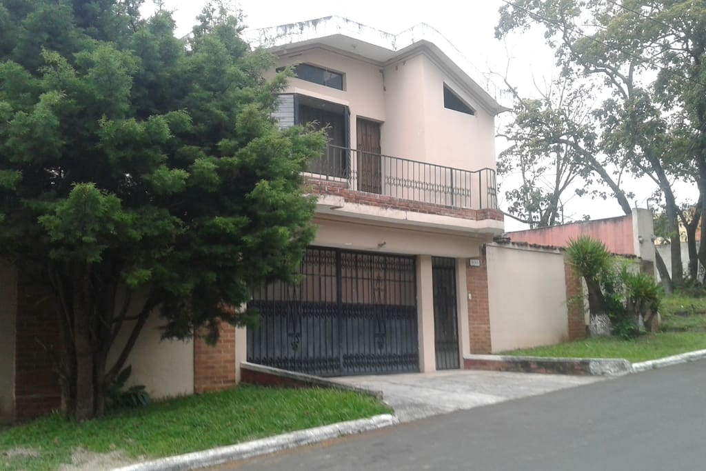 Family friendly, safe and quiet neighborhood - perfect to walk. Vecindario familiar, seguro y tranquilo - ideal para caminar.