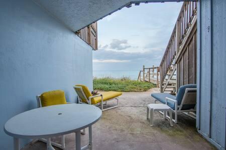 Direct Oceanfront 2 bedroom South Villa Sleeps 4 - メルボルンビーチ - 別荘