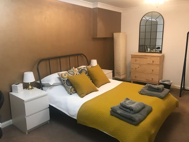 Comfy Room in Morningside Flat w bus links to city