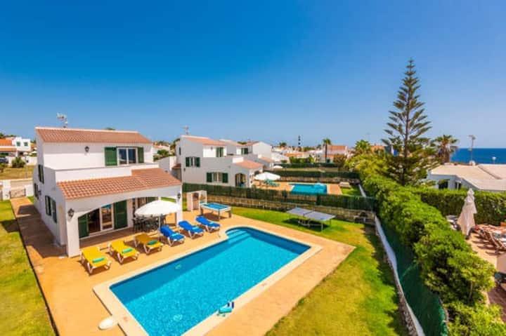 Villa independiente con piscina y vistas al mar