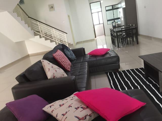 10 beds, 4BR 4Baths, Bukit Indah, Near LEGOLAND