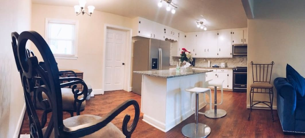 Walking Distance Renovated Plaza Midwood Home 🏡