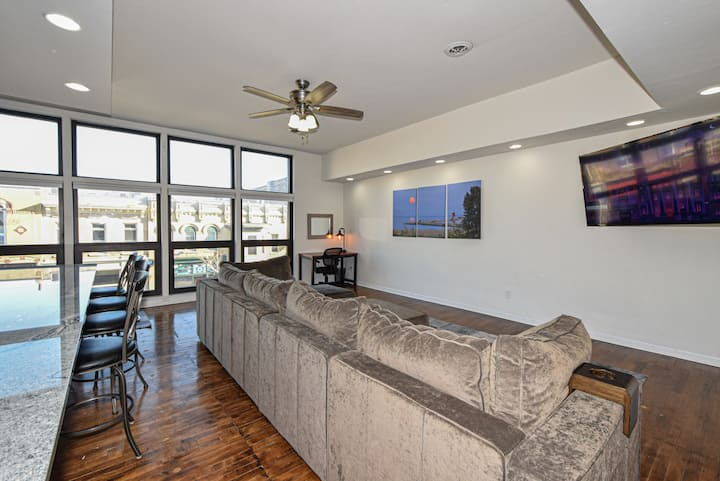 Bright Open Concept Downtown Apartment