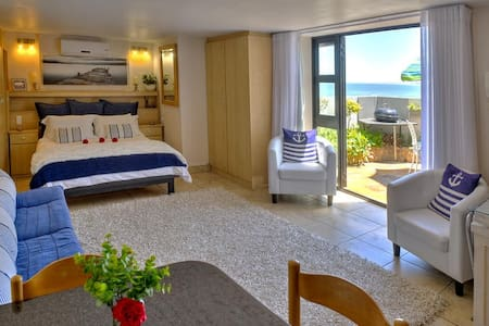 Seaside Studio - open plan , fully equipped (no oven) meters from the sea with sea view over privacy wall