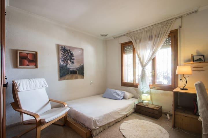 Alquilo habitación en casa campo