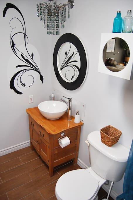 Salle de bain récente avec plancher chauffant et puits de lumière.