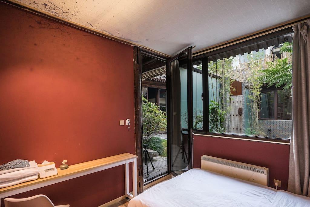 房间窗户面向外院